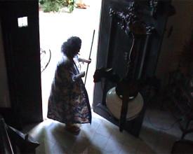 Maria feier for egen dør.